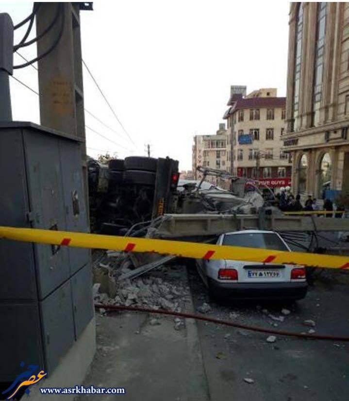 واژگونی كاميون بتن در بلوار سعادت اباد تهران (عکس)